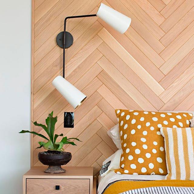 Lámpara doble sobre cabecera de madera