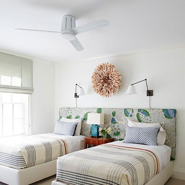 Lámpara arbotante encima de cama