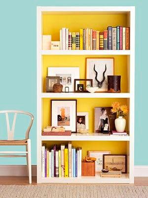 Pinta el fondo de tu librero con colores llamativos