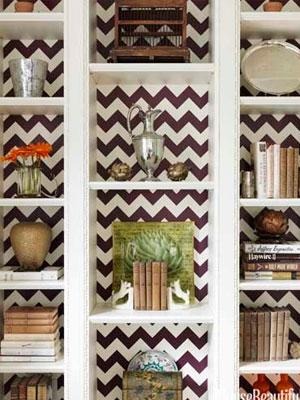 Decora el fondo de tu librero con un vinil decorativo