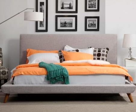 Recámara decorada con cama tapizada modelo California